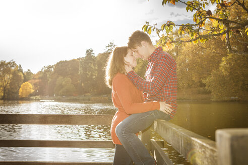 Happy young couple enjoying autumn at lake - BGF000032
