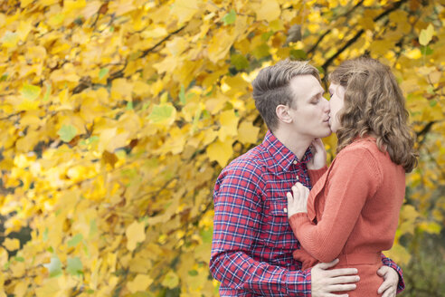 Happy young couple enjoying autumn in a park - BGF000016