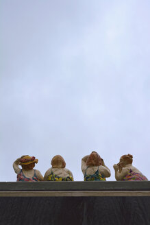 Pottery figures of four women - AX000530