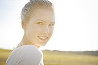 Portrait of smiling young woman, close-up - BGF000038