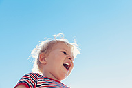 Little boy laughing in front of blue sky - MFF000676