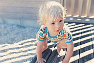 Little boy crouching on terrace - MFF000661