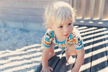 Little boy crouching on terrace - MFF000661
