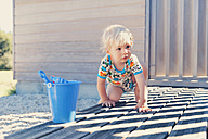 Little boy crouching on terrace - MFF000662
