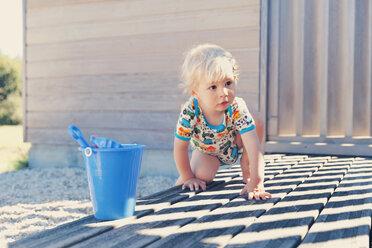 Little boy crouching on terrace - MFF000662