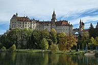 Germany, Baden Wuerttemberg, Sigmaringen Castle at Danube river - EL000635