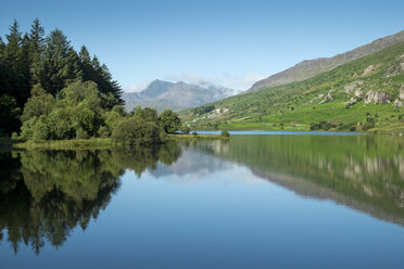 Great Britain, Wales, Lake Llynnau Mymbyr in Snowdonia National Park - ELF000626