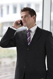 Poland, Warzawa, businessman telephoning - MLF000262