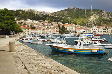 Croatia, Hvar, Old town and boats in harbour - MS003033