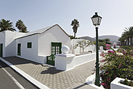 Spain, Lanzarote, Yaiza, White house at the promenade - JATF000459