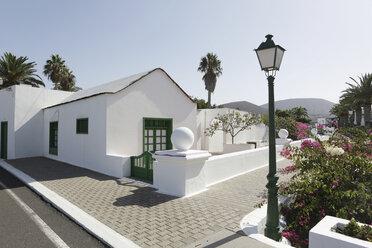 Spain, Lanzarote, Yaiza, White house at the promenade - JATF000459