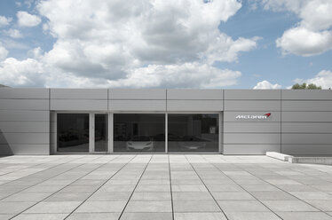 Germany, North Rhine-Westphalia, Duesseldorf-Heerdt, view to car dealer McLaren - VI000131