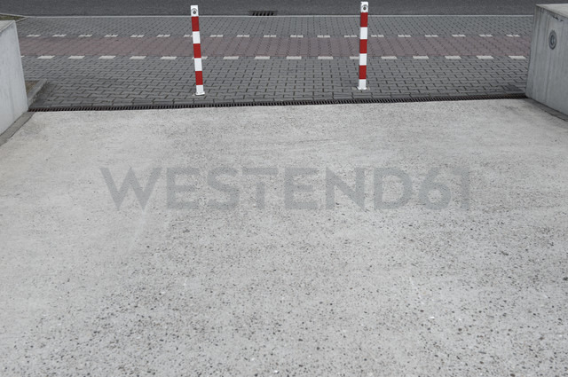 Germany, North Rhine-Westphalia, Duesseldorf, part of driveway - VI000027 - visual2020vision/Westend61