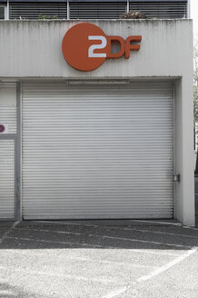 Germany, North Rhine-Westphalia, Duesseldorf-Golzheim, garage door of telestation ZDF - VI000047