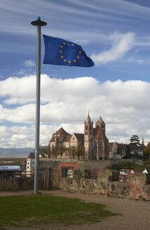 Germany, Baden-Wuerttemberg, Breisach am Rhein, european flag and view to Breisach Minster - DHL000197