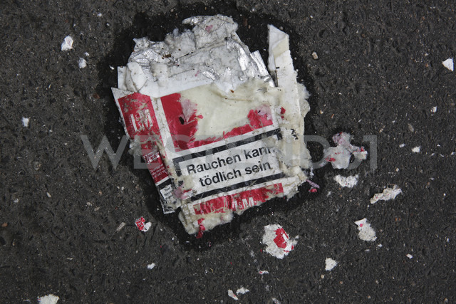 Squashed cigarette packet lying on the street, close-up - JAT000507 - Jan Tepass/Westend61