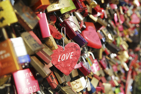 Germany, North Rine-Westphalia, Cologne, love locks at Hohenzollernnbruecke, close-up - JAT000486