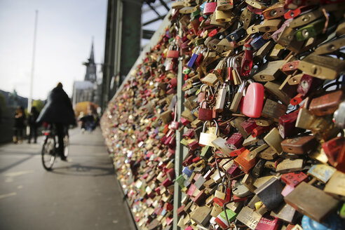 Germany, North Rine-Westphalia, Cologne, love locks at Hohenzollernnbruecke - JAT000485