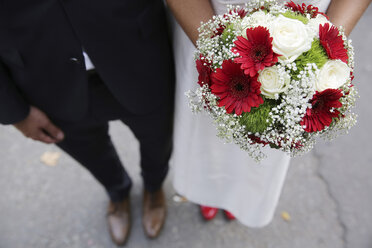 Germany, Cologne, bridal couple with bridal bouquet - JAT000511