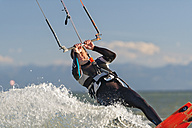 Germany, Baden-Wuerttemberg, Fischbach, Kitesurfer on Lake Constance - SH001017