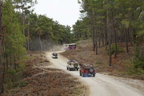 Turkey, Provinz Antalya, Manavgat, jeeps and bus on the way to Seleukia - SIE004693