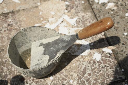 Germany, spatula in a gypsum pot - SRSF000413