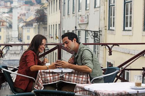 Portugal, Lisboa, Carmo, Largo du Duque, young couple sitting at street cafe - BIF000055