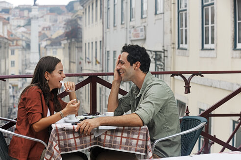 Portugal, Lisboa, Carmo, Largo du Duque, young couple sitting at street cafe - BIF000056