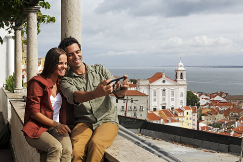 Portugal, Lisboa, Alfama, Miradouro de Santa Luzia, young couple photographing themself - BI000035