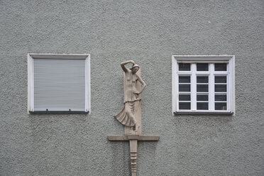 Germany, Bavaria, Munich, part of grey house front with two windows and sculpture - AX000574