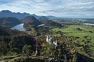 Germany, Bavaria, Hohenschangau, Neuschwanstein Castle in autumn, left Alpsee and Schwansee m. - EL000660