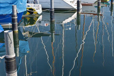Germany, Bavaria, Nonnenhorn, Reflections of boats in marina - SH001074