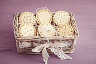 Butter cookies with peekaboo design in little basket - ECF000380
