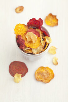 Bowl of roasted vegetable chips made of parsnips, sweet potatoes, beetroots, carrots and turnips - ECF000400