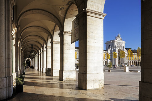 Portugal, Lisboa, Baixa, arcade at Praca do Comercio, view to triumphal arch - BI000087