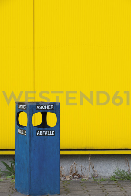 Germany, blue ashtray and waste bin in front of yellow facade - VI000010 - visual2020vision/Westend61