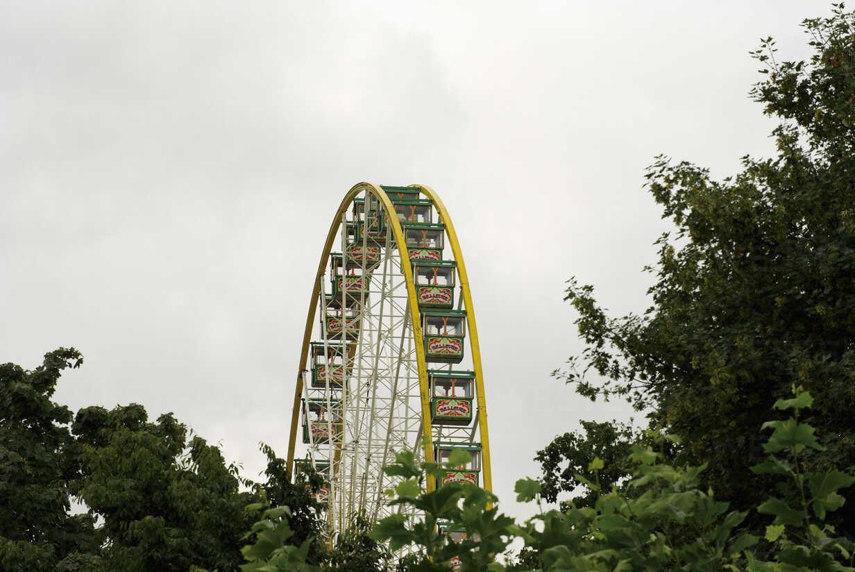 Germany, North Rhine-Westphalia, Duesseldorf, view to big wheel - VI000026 - visual2020vision/Westend61