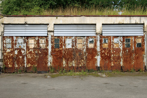 Germany, Brandenburg, Wustermark, Olympic village 1936, view to rusted garage doors - VI000056