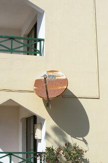 Spain, Fuerteventura, part of facade with rusty satellite dish - VI000084