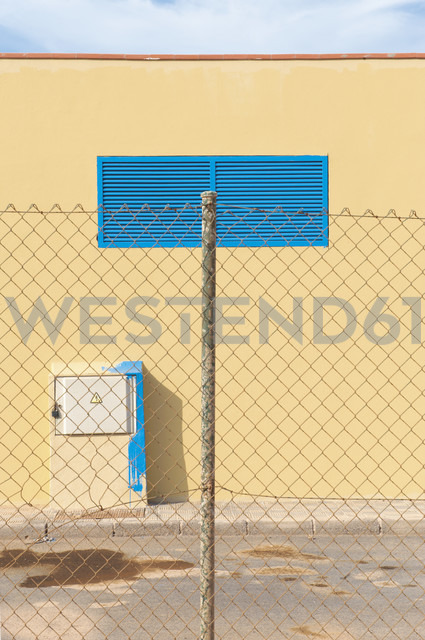 Spain, Fuerteventura, fence in front of yellow facade - VI000087