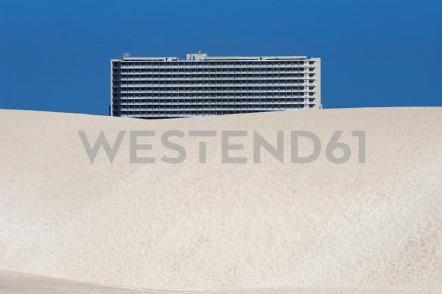 Spain, Fuerteventura, Parque Natural Corralejo, Club Hotel Riu Oliva behind dune - VI000172 - visual2020vision/Westend61