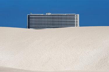 Spain, Fuerteventura, Parque Natural Corralejo, Club Hotel Riu Oliva behind dune - VI000172