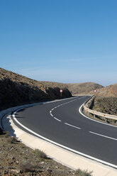 Spain, Fuerteventura, Pajara, curve of the road at mountainscape - VI000178