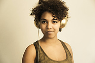 Portrait of female Afro-American with headphones - NGF000055