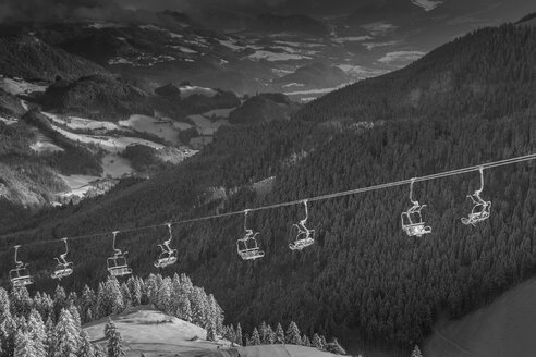 Germany, Bavaria, Sudelfeld, Mountains in winter, chairlift - FFF001382