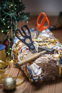 Bad packed Christmas gift spiked with scissors - SBDF000347