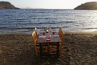 Turkey, Bodrum, Guemuesluek, Laid table on beach - SIEF004859