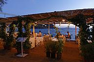 Turkey, Bodrum, Guemuesluek, Fish restaurant at dusk - SIE004861