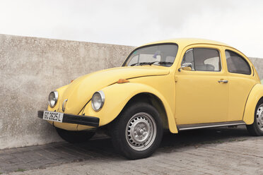 Spain, Lanzarote, Teguise, yellow VW beetle parking in front of a wall - MF000702