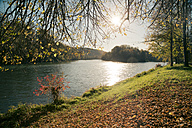 Germany, Bavaria, Landshut, autumn atmosphere at Isar river - SARF000164